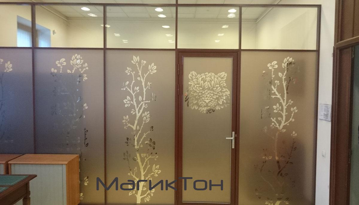 Офисные перегородки из стекла декорированные золотой пленкой с рисунком