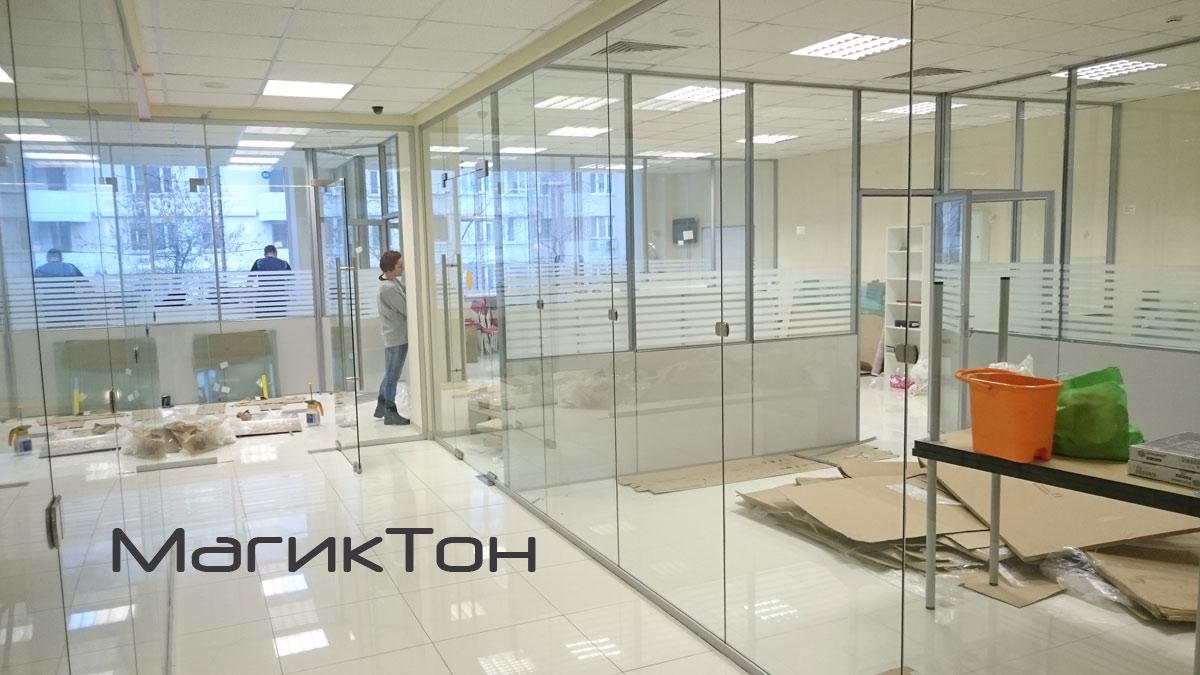 Процесс монтажа стеклянных перегородок